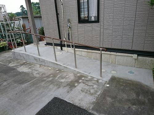 玄関までスロープを設置して車椅子でも安心に。